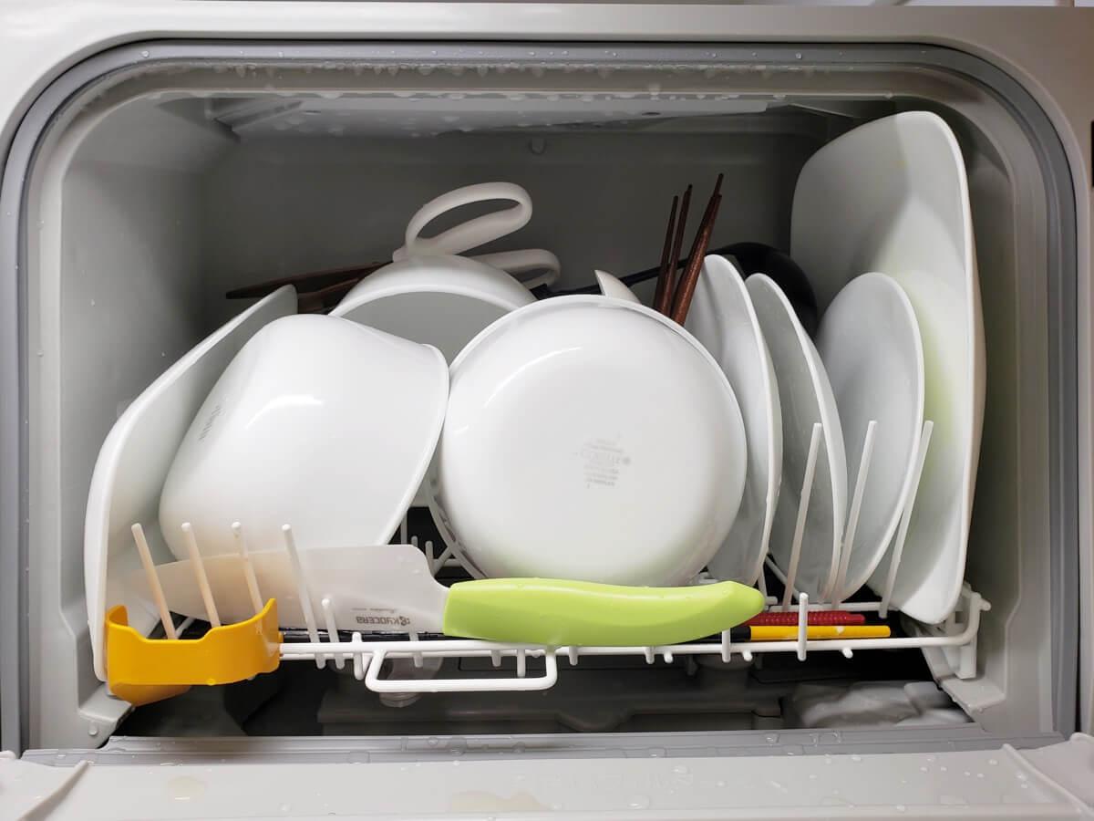 お皿を中心に入れた食洗機